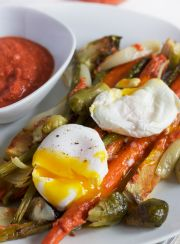 FARM VEGGIES WITH ROMESCO SAUCE {AND POACHED EGGS}| www.4hourbodygirl.com